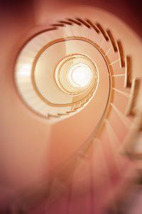 letting go stairs 200x300 - Die 7 Grundsätze der Achtsamkeit - #7 Loslassen