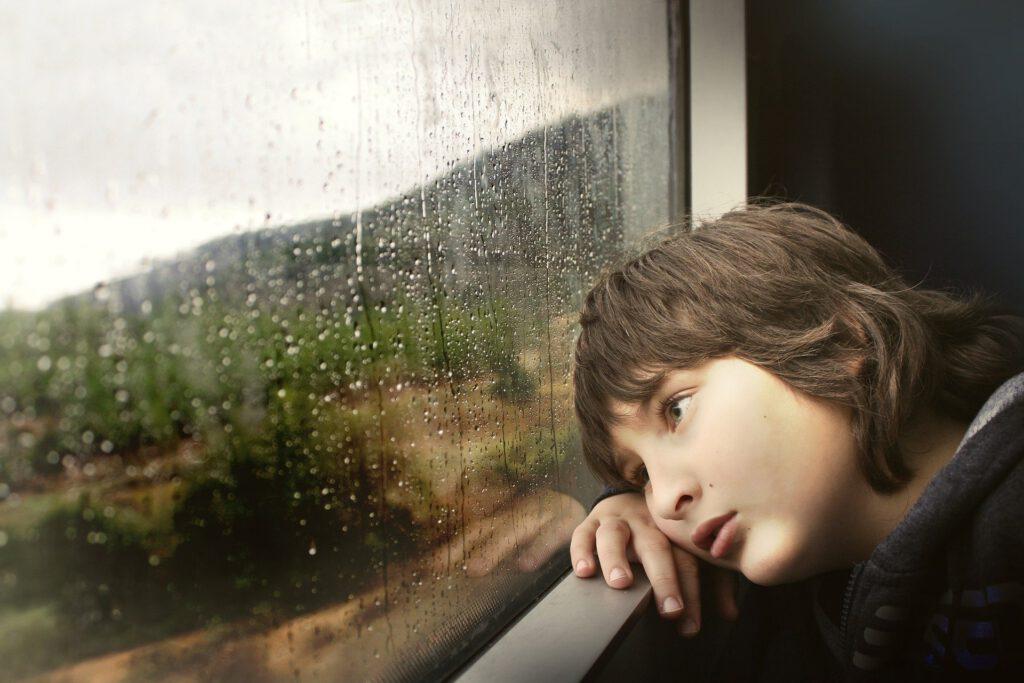 kindheitstrauma childhood trauma small boy kleiner junge